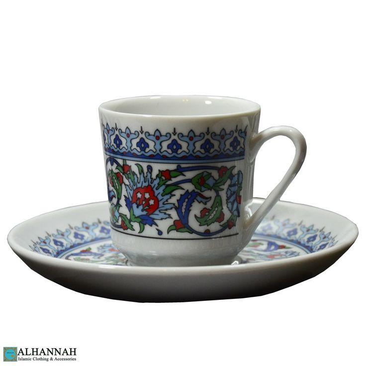 Service til 6 People - Sæt af 6 demitasse kaffekopper med tallerkener. Dette sæt er helt smukt, med et meget indviklet flerfarvet paisley mønster. Traditionel styling til servering arabisk kaffe, tyrkisk kaffe eller endda espresso. Gør en fantastisk gave! 12 stykke sæt, Importeret.