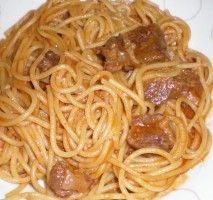 Spaghetti avec la viande étuvée