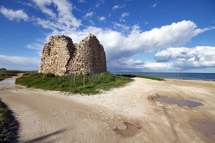 Salento  torre  chianca di avvistamento, iniziata a costruire nel 1569, è una delle più imponenti di tutta la costa salentina, alta 18 metri e con i lati lunghi 15,60 metri ciascuno; durante la Seconda guerra mondiale, fu utilizzata come postazione di artiglieria.