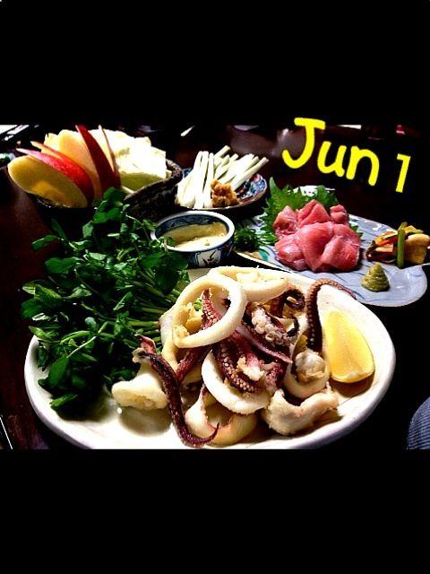 今晩の糖質制限食の出来上がり〜っ \(^o^)/  簡単レシピも載せておきました(`_´)ゞ  今日も一日お疲れ様でしたっっ☆彡 - 115件のもぐもぐ - 新鮮イカのフリッターのスパイシーマヨソース・マグロの大トロ・うさぎピョンピョンざく切りキャベツ・エシャロット味噌添え by Jun1Nakada