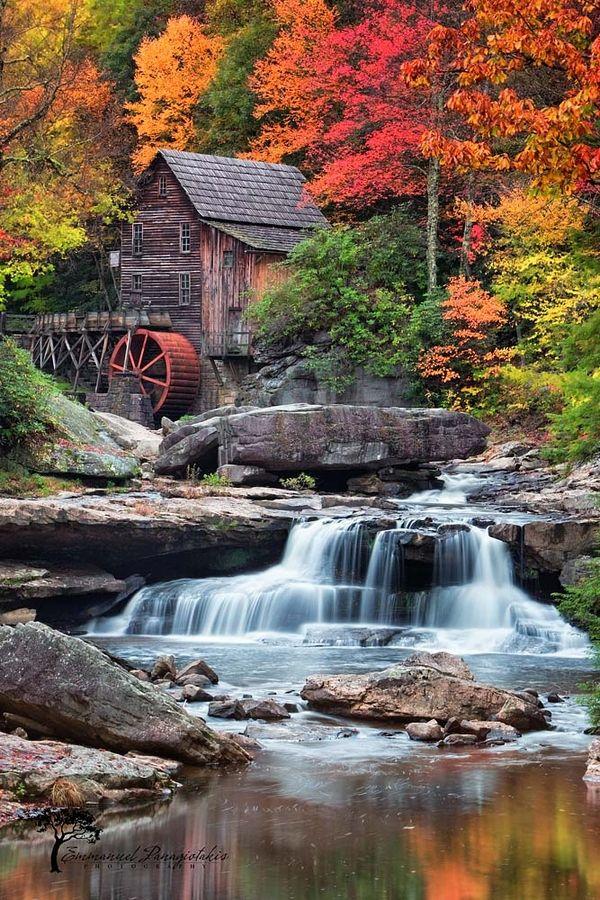 Los árboles muestran los mágicos colores del otoño. Grandes rocas y cascadas terminan esta escena hermosa