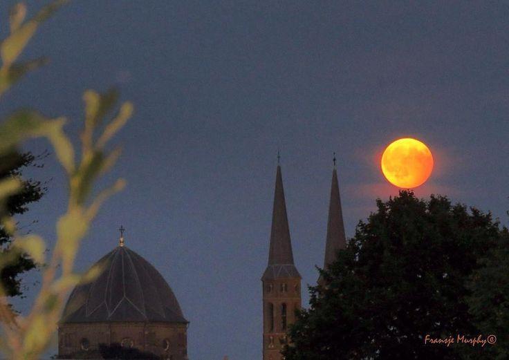 Wauw een rode maan in Uden! #hierhoudenwevan 🌕Foto door: @fransje.murphy:  Rode #SuperMaan gisteravond ook in #Uden goed te zien: #vollemaan in volle pracht naast De Udense @Petruskerk (07-08-2017)
