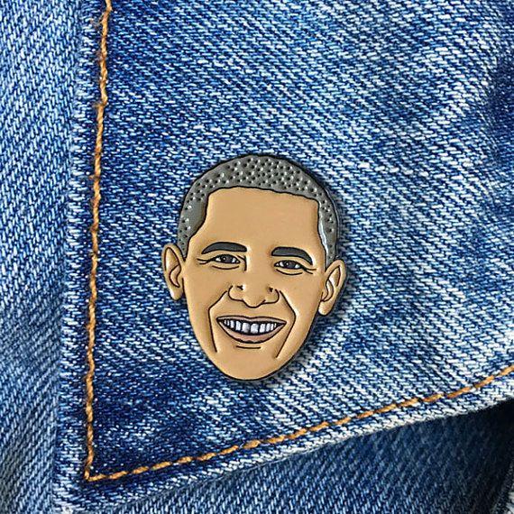 Barack Obama! Een ware redenaar en inspirerende figuur... hij is een keer in een mensenleven president die op een golf een verandering voor ons land bracht. Toon uw liefde voor dit geweldige Voorzitter.  Emaille revers spelden zijn leuk, eigenzinnige & retro.  Geschetst in zwart metaal & wordt geleverd met een zwarte rubberen koppeling.  De pinnen zijn aangesloten op een stuk van de steun en mouwen in een plastic zak voor veilige verzending.  PIN is ongeveer 1 hoge door. 75 breed