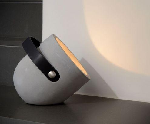 Gezien bij Lijn M bij Loods5: Gave zware lamp van beton met een leren handvat. Een spot waarmee je een donker hoekje kunt oplichten of iets kunt uitlichten.