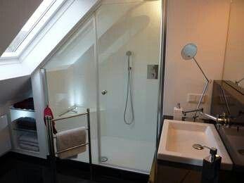 Badkamer douche onder schuin dak