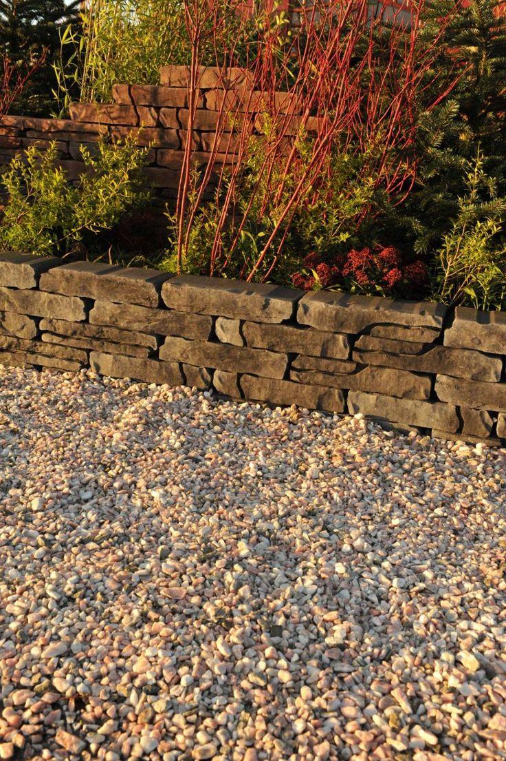 Met Stonewalling kunt u tuinafscheidingen, muurtjes en hoogteverschillen in uw tuin aanbrengen met behoud van het natuurlijke karakter van uw tuin. Geïnspireerd op natuursteen, maar veel makkelijker te verwerken door de maatvastheid, kunt u eenvoudig een maximaal ruimtelijk effect realiseren. Niet aftrillen Leggen met voeg Stroef Vorstbestendig Kleurvast Afmetingen: 42 x 18 x 8 cm Kleuren: GrijsZwart, Verona