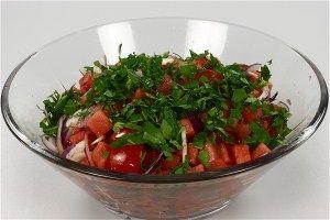 Salat af vandmelon, rødløg og tomater 4