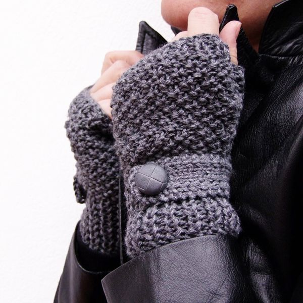 This pair of fingerless gloves is in grey blend of acrylic/wool yarn with a mock wrist strap and a matching decorative button on.Never been worn.It fits to almost all sizes