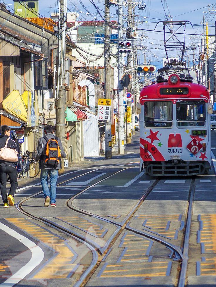 高知の路面電車「土佐電」フォトジェニックな車両と壮絶に絡み合う電線が撮影心をそそる高知の路面電車∥2014年2月 |
