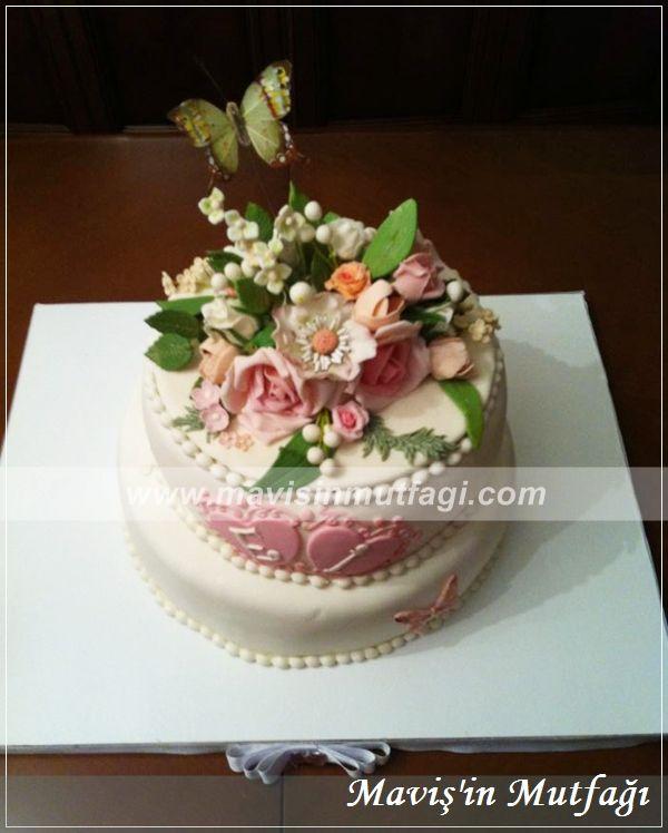 Elli kişilik hazırlanan pastanın içi yoğun çikolatalıdır ve fıstıklı drajelerle tatlanrılmıştır.