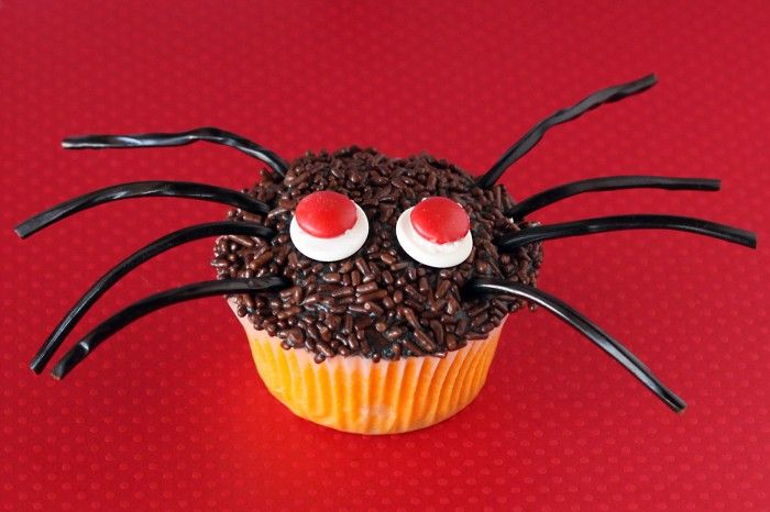 Spooky Spider Cupcakes for Halloween. Super easy to decorate, so fun to do with the kids or for a class party.