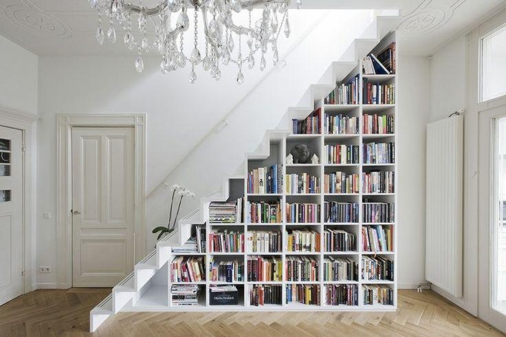 rangement sous escalier en bibliothèque blanche et lustre cristal