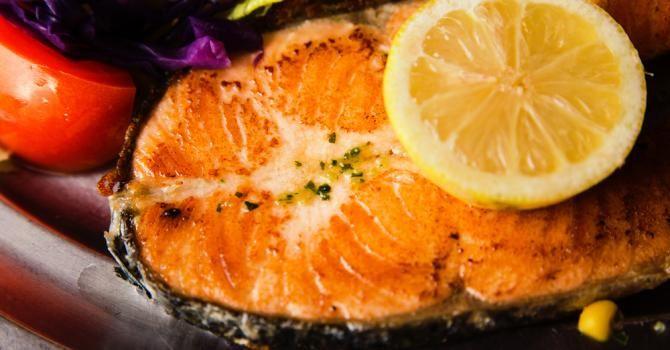 Recette de Darnes de saumon au citron et à la moutarde du régime Miami. Facile et rapide à réaliser, goûteuse et diététique.