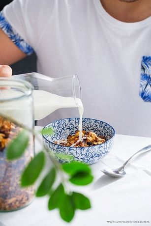 Granola zdecydowanie plasuje się w trójce moich śniadaniowych faworytów. Latem i wiosną z jogurtem greckim i świeżymi owocami, jesienią z puree z dyni, a zimą z