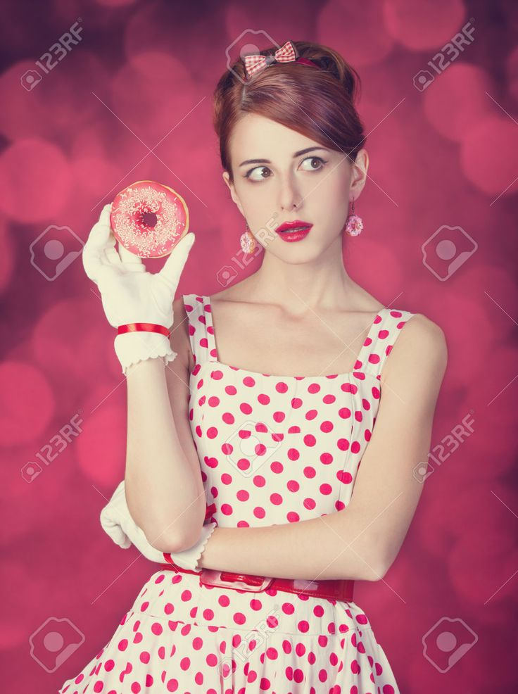 Mooie Roodharige Vrouwen Met Een Donut. Foto In Retro Stijl Met Bokeh Op De Achtergrond. Royalty-Vrije Foto, Plaatjes, Beelden En Stock Fotografie. Image 23518804.