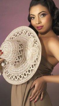 Kobieta z jasnym kapeluszem