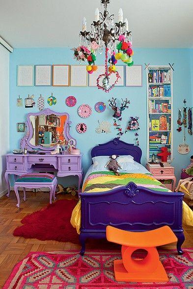 Os móveis do quarto de Bertha, 8 anos, são herança de família. Mas foram repaginados com tons fortes por seu pai, o designer Marcelo Rosenbaum. A penteadeira foi pintada de lilás e a cama, de roxo. A parede azul-claro é repleta de enfeites coloridos