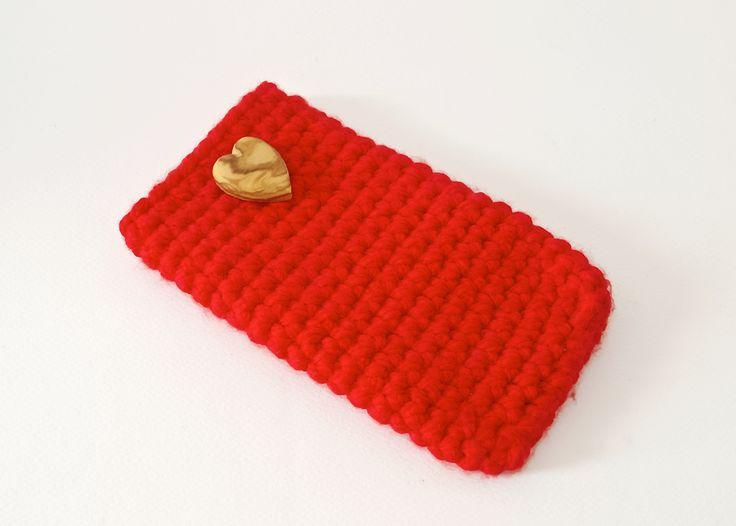 Custodia per smartphone (mod. IPHONE 6/SAMSUNG NOTE 2-4) in lana rossa decorato con cuoricino in legno di ulivo lavorato a mano.