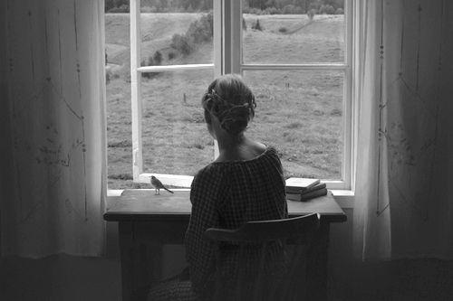 AZI NOAPTE M-AM OPRIT LA FEREASTRA EI  Petre Stoica - VEŞNIC ABSENTĂ, VEŞNIC PREZENTĂ (2002)  Azi noape m-am oprit la fereastra ei voiam s-o întreb dacă mai simte gustul apei din care am băut împreună dacă mai simte răcoarea mărului din care am muşcat împreună dacă mai simte cum degetele mele îi sărutau genele de polen  un trecător întârziat m-a bătut pe umăr şi mi-a spus: Strainule pleacă arătătoarele ceasului tău s-au oprit la jumătatea veacului trecut  Tagebuch, 11 aprilie 2002