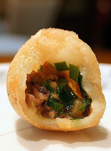 Deep-fried traditional chicken dumpling. The glutinous rice skin is evenly thin, and the savory filling is a harmony of chicken, mushroom and chives.