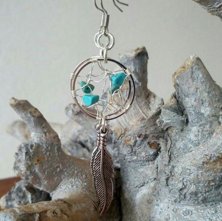 Dromenvanger oorbellen met turkoois. www.facebook.nl/kikakoscreaties #dromenvanger #dreamcatcher #oorbellen #earrings