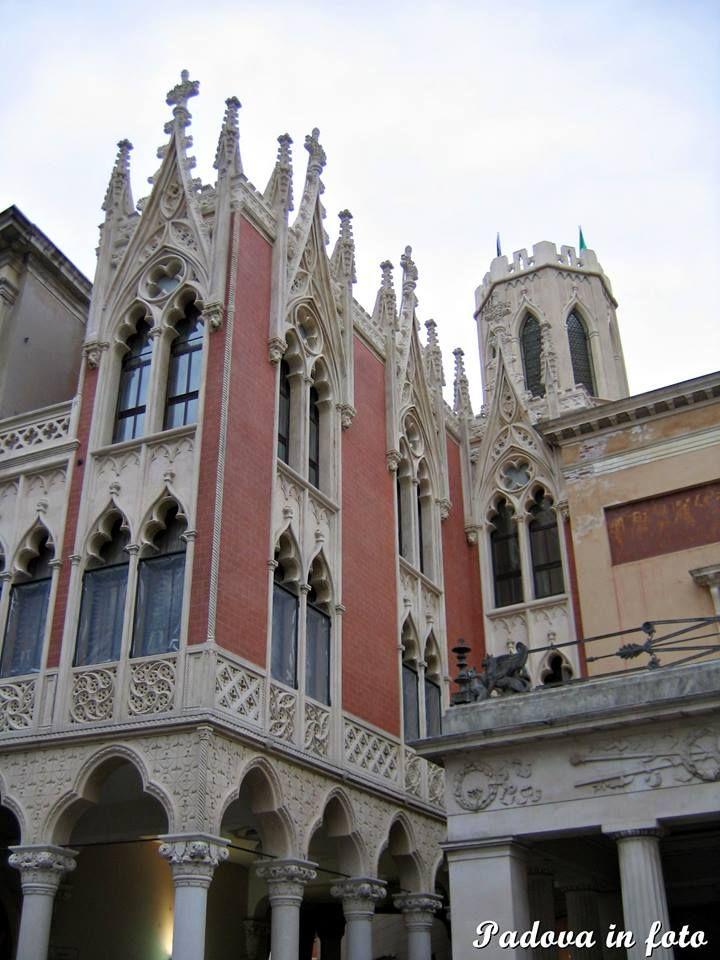 Il Pedrocchino. Il lato meridionale del Caffè Pedrocchi con l'ala gotica eretta nel 1838. Fu progettata dall'architetto Japelli e realizzata in collaborazione con lo scultore Antonio Grade, che trattò il gotico con molta proprietà riferendosi ai motivi del gotico veneziano-PD- by Solange M.Soccol