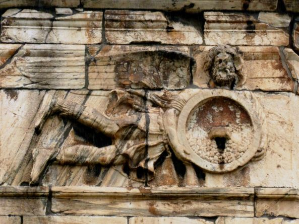 Ρολόι του Κυρρήστου. Ο ΚΑΙΚΙΑΣ,( βορειοανατολικός άνεμος ~ ο σημερινός ΓΡΑΙΓΟΣ), ως φτερωτή ανδρική μορφή μέσης ηλικίας. Έχει πυκνά γένια και ανάκατα μαλλιά, ενώ φορά χιτώνα, ιμάτιο και μπότες. Κρατά μια στρογγυλή ασπίδα γεμάτη χαλάζι, το οποίο αδειάζει προς το μέρος του θεατή..