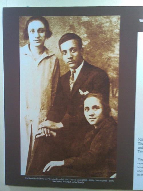 Den senere Mor Teresa (foran), hennes søster Agatha (Aga) og broren Lazar (1924)