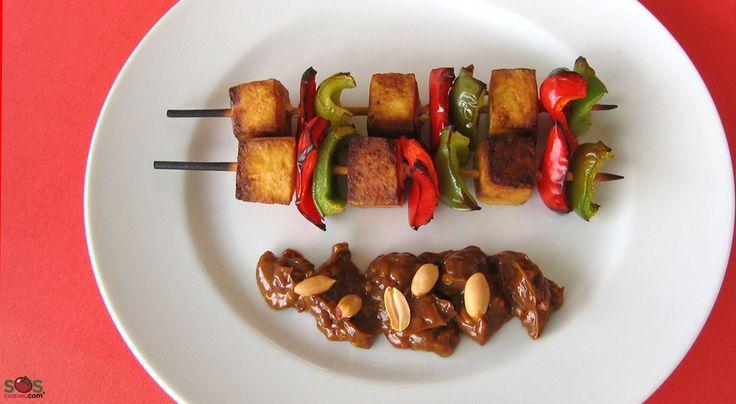 SOSCuisine: #Brochettes de #tofu et #poivrons avec sauce aux #arachides [S.G.]  Les « satés » ou « satays » sont de petites brochettes de viande ou poisson marinées puis grillées, et servies avec une sauce épicée aux arachides. Il s'agit du plat national de l'Indonésie. Cette recette s'inspire de ces « satés », mais la viande y est ici remplacée par du tofu.