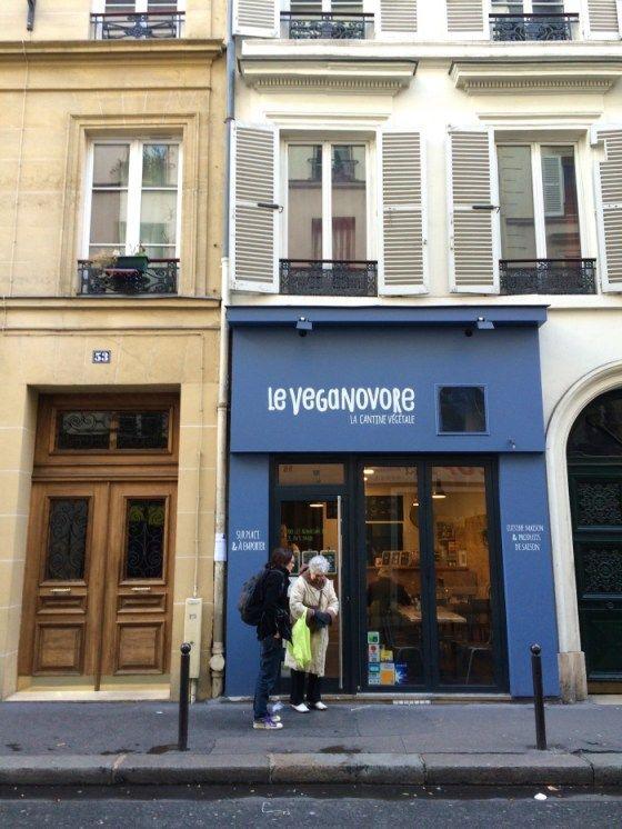 """Cantina vegana chamada """"Le Veganovore"""" (Paris), que oferece um menu bem sucinto, com preço fixo, que muda diariamente. O lugar é pequeno e como as mesas são coladas umas às outras é difícil ter uma conversa tranquila no meio do barulho ambiente. Mas os preços são modestos, as porções são generosas, todos os ingredientes são orgânicos (...). Texto original escrito por Sandra Guimarães - http://www.papacapimve"""