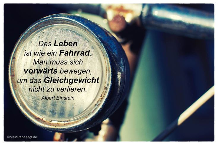 Altes Fahrrad mit dem Albert Einstein Zitat: Das Leben ist wie ein Fahrrad. Man muss sich vorwärts bewegen, um das Gleichgewicht nicht zu verlieren. Albert Einstein