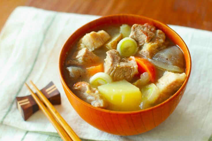 さむ~い冬の究極の汁物といえば鍋を除けばやはり「豚汁」ではないでしょうか。そこで今回は簡単で基本を押さえた人気のレシピをご紹介します。豚バラブロックを使うのでボリュームも十分。里芋やさつまいもも人気ですが、今回はじゃがいもを使ってみたいと思います。一度冷ますことで、グッと美味しくなりますよ。ごま油をたら~りとかければ、冬のごちそう、究極の豚汁の完成です!(有楽町のグルメ・創作和食)