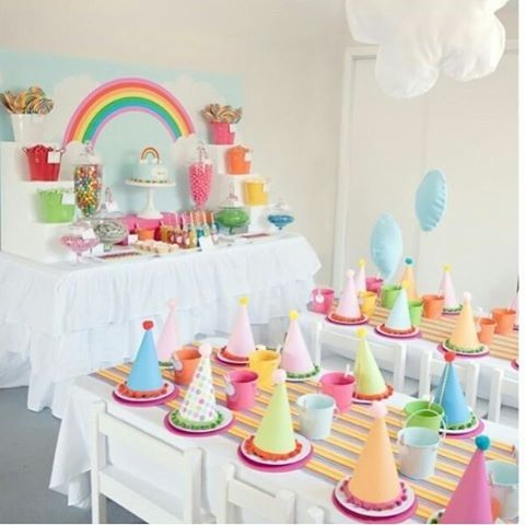 Festa linda com tema arco-íris, adorei! Cores lindas e as mesinhas para crianças super fofas!   #kikidsparty