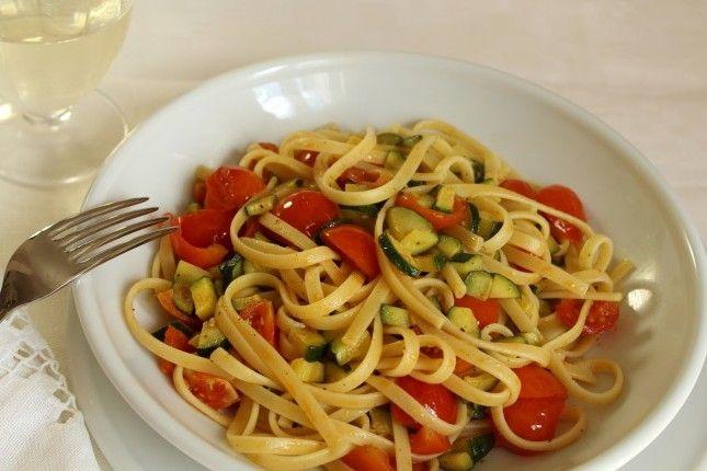Linguine con Zucchine e Pomodorini  http://www.unadonna.it/ricette/linguine-con-zucchine-e-pomodorini/40258/