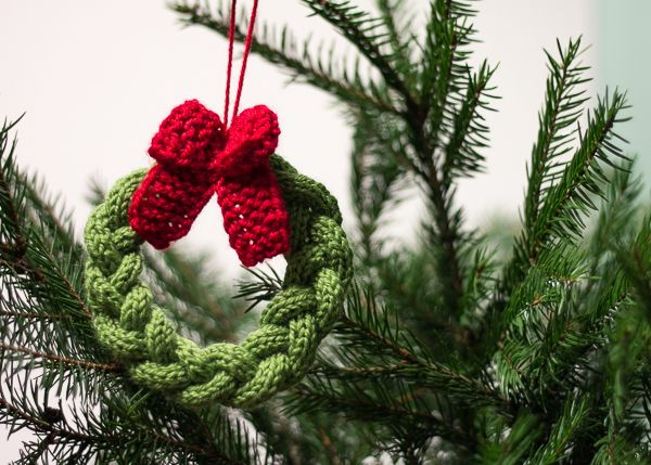 Little knitted Christmas wreath. Free pattern by Drobiazgi Maknety - English instructions at the bottom of the page