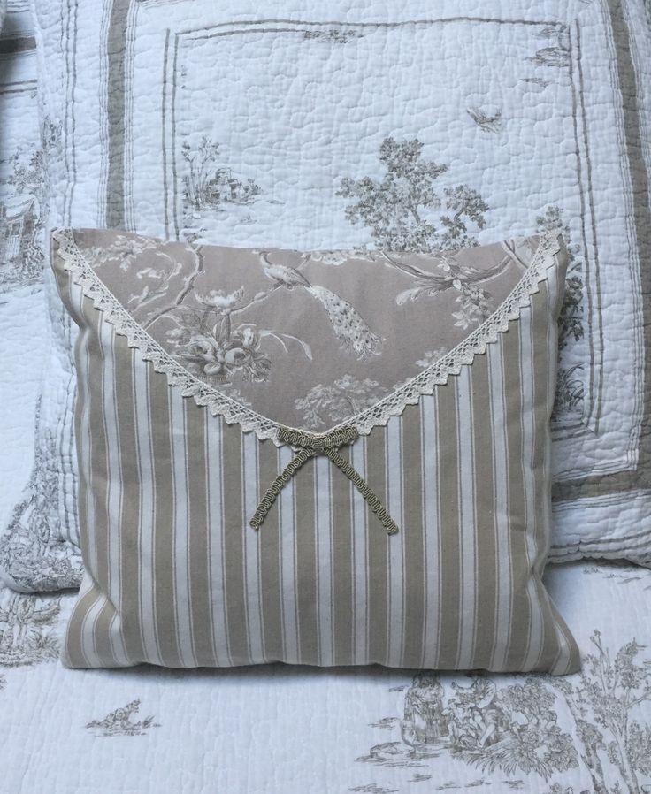Coussin 37x35 beige toile de Jouy rayures dentelle noeud Shabby Chic : Textiles et tapis par monautrefois