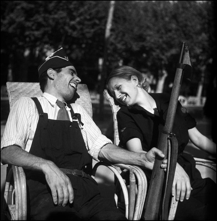 Gerda Taro :: Republican militia members, Barcelona, August 1936 / twin image here https://www.pinterest.com/pin/159596380522009659/