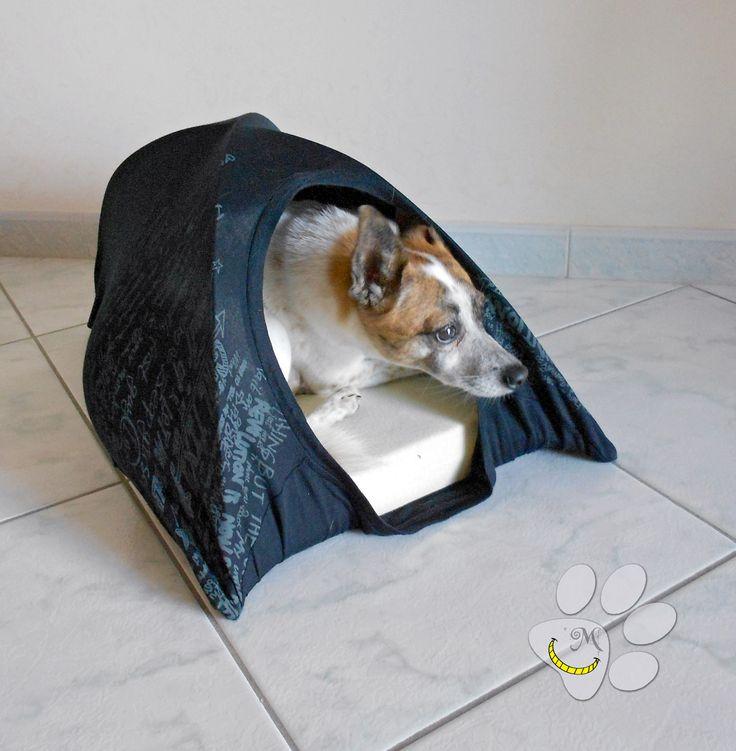 """Cuccia Igloo da interni per cane - gatto costruita interamente con materiali riciclati.  Imbottitura: Lattice Esterni: tessuti riciclati. Questa creazione fa parte del progetto """"Malice for ANIMALS"""" per raccogliere fondi da destinare all'aiuto degli animali randagi. link all evento: https://www.facebook.com/events/892347624176059/ link allo shop: http://it.dawanda.com/shop/MaliceSCraftlanD/3639651-Malice-for-ANIMALS"""