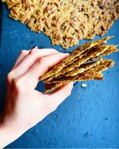 Fra blød grød til sprød snack! - Disse havrekiks er altså genialt lette at lave! Og det bedste af det hele er selvfølgelig deres delikate knæk ;) Kiksene er let salte, har et perfektcrunch og er tilsat knasende solsikkekerner, som har fået den dejligste brændte smag efter en tur i ovnen. Det fantastiske ved havrekiksene er den særdeles simple fremgangsmåde. Det er ganske enkelt en hurtig omgang grød, der røres sammen, og så er den ellers bare lige til at brede ud på et par bradepander. Det…
