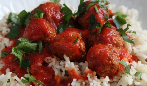 Rice with meatballs and lentils.