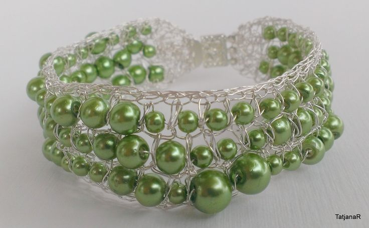 Bracelet crochet with silver pleated copeer wire and green pearls.
