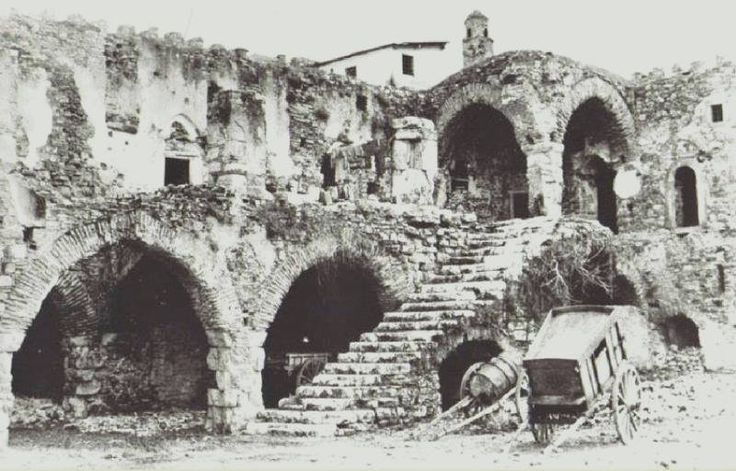 Kuşadası kervansaray, restorasyon öncesi iç görünüm