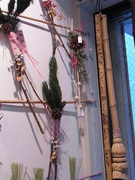 吉本博美お正月飾り 縦長 松の方は門松みたいな使い方も。 繭玉に見える玉のついた縦長タイプには稲穂も。