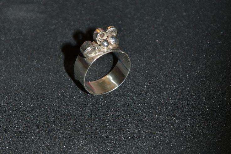 Ręcznie robiona, srebrna obrączka.