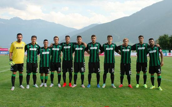 Sassuolo players pose in the 2015-16 home kit.