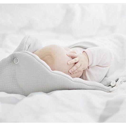 Hanna valitsi tyttärelleen valkoisen kevytlämpöpussin ja antoi pientä palautetta: