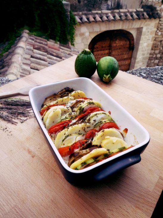 Tian de légumes à la mozzarella et au thym   une papaye verte en salade