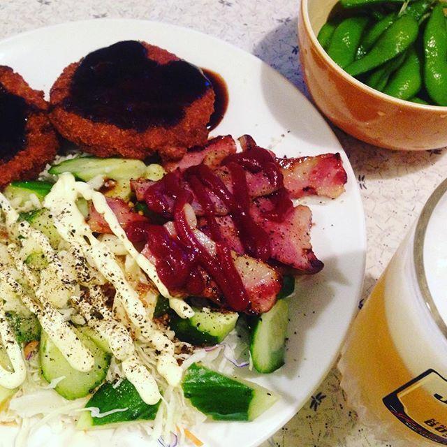 夜勤明けの晩酌、ハムカツとベーコンソテーにグリーンサラダ。 肉のボリューム感が嬉しい! #一人飯 #肉#ハムカツ#山盛りサラダ