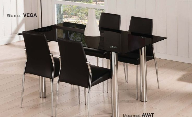 Pack Vega-Avat: Conjunto de mesa metálica,con tapa de cristal translúcido, blanco o negro. Cuatro sillas metálicas tapizadas en negro o blanco. Se sirve en KIT de muy fácil montaje y con instrucciones claras. Cristal templado de 8mm. Estructura metálica cromada. Patas con tapas de plástico antirrayado. Tapizado en PVC lavable.