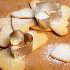 Citroenzandkoekjes - Dille & Kamille  Ingrediënten: • 250 g bloem • 150 g boter • 50 g poedersuiker • 60 g suiker • 60 g gemalen amandelen • 1 ei • 3 g bakpoeder* • geraspte schil van 1 citroen